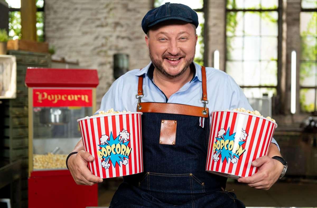 Sebastian Lege entlarvt: Mikrowellen-Popcorn ist einfach nur Popcorn, wird aber viel teurer verkauft. Foto: ZDF/Lars Döring