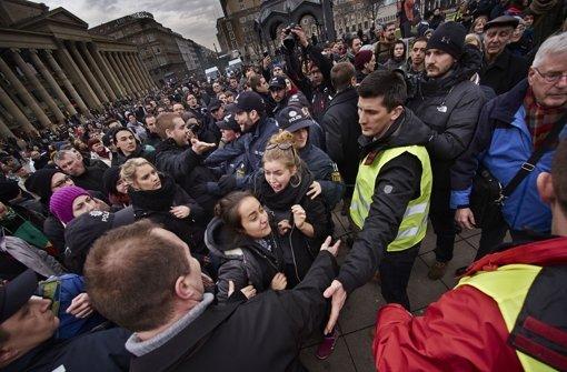 Während der Demonstration gegen die Aufwertung des Themas Homosexualität im Schulunterricht in Baden-Württemberg ist es in Stuttgart zu Rangeleien gekommen. Foto: Heinz Heiss