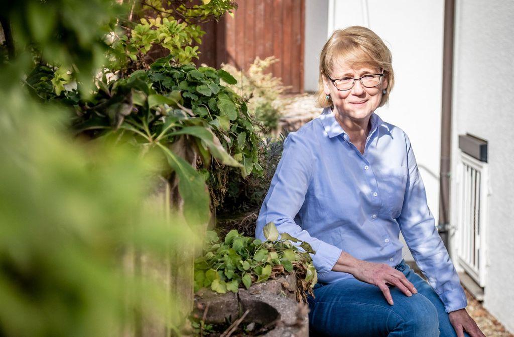 Petra Benzing erholt sich gern im Garten ihres Hauses in Stuttgart Stammheim. Foto: Lichtgut/Julian Rettig