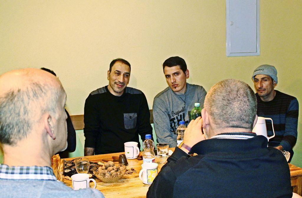 Der Ingenieur Isaldin Alamira aus Mossul übersetzte beim Männerbistro für die Syrer Bassel Kissania und Khaled Alshikh (von links). Foto: Sabine Schwieder