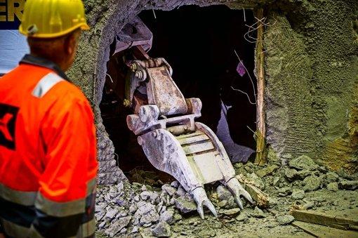 Augenscheinlich zufrieden mit ihrer Arbeit tritt Tunnelpatin Waltraud Ulshöfer durch das von ihr zuvor mit einem Bagger geschlagene Loch im U-12-Tunnel.. Foto: