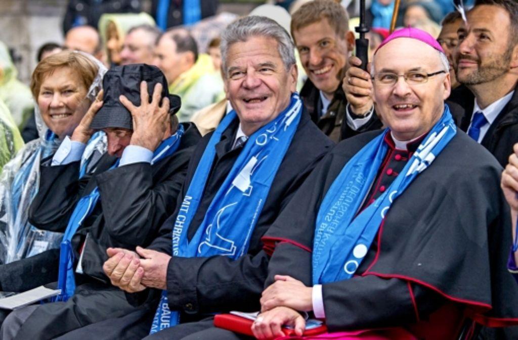 Präsident Gauck (Mitte) findet mahnende Worte auf dem Katholikentag. Foto: dpa