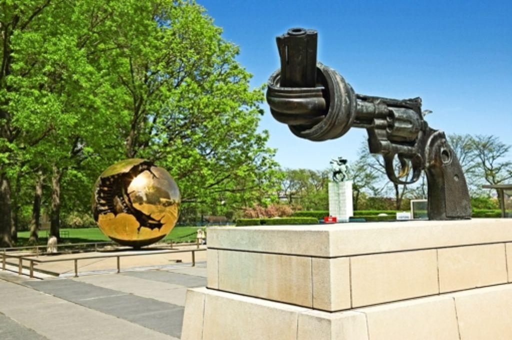 """Vor dem UN-Hauptquartier in New York steht ein verknoteter Revolver:  die Skulptur """"Non Violence"""" des Schweden  Carl Fredrik Reuterswärd. Foto: Mauritius"""