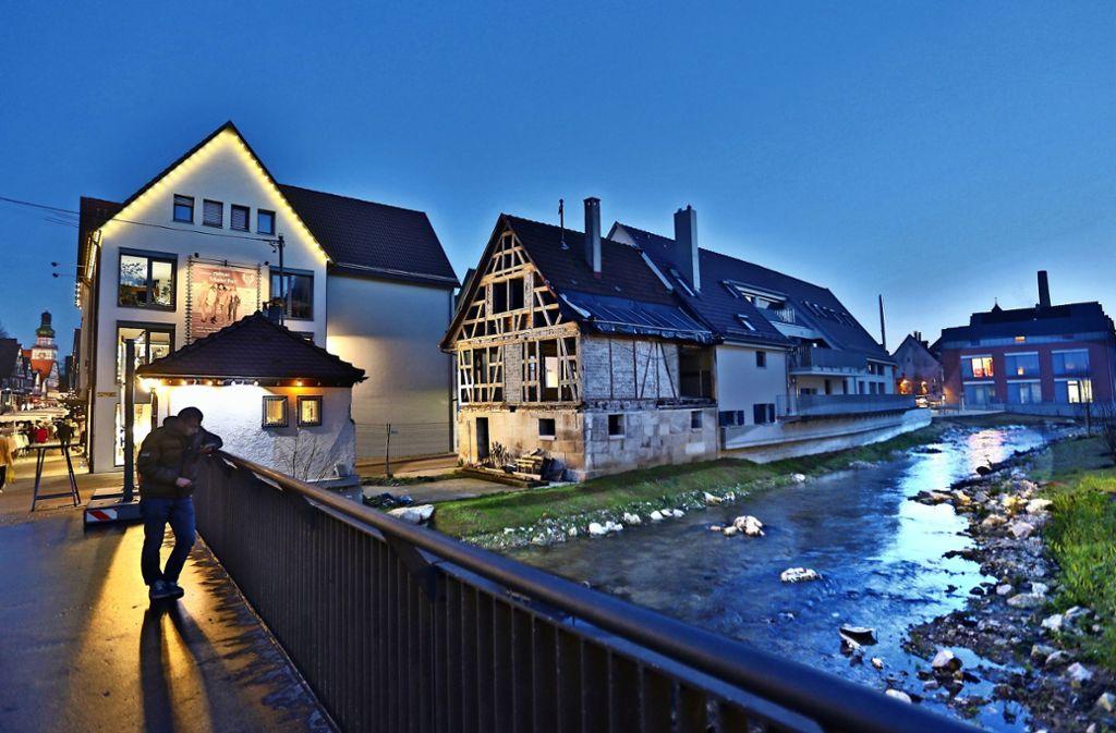 Das Fachwerkgerippe der alten Mühle wartet schon seit Jahren darauf, saniert zu werden. Im hinteren Teil des Gebäudes wurden Wohnungen gebaut. Foto: Horst Rudel