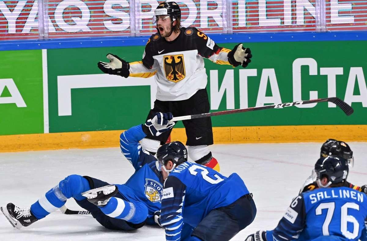 Markus Eisenschmid (oben) von Deutschland und Atte Ohtamaa von Finnland (Boden) werden nach einer Aktion mit 2-Strafminuten gestraft. Foto: dpa/Jussi Nukari