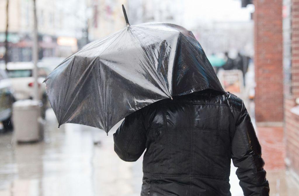 Auch am Mittwoch und Donnerstag bleibt es regnerisch und stürmisch. (Symbolfoto) Foto: dpa/Julian Stratenschulte