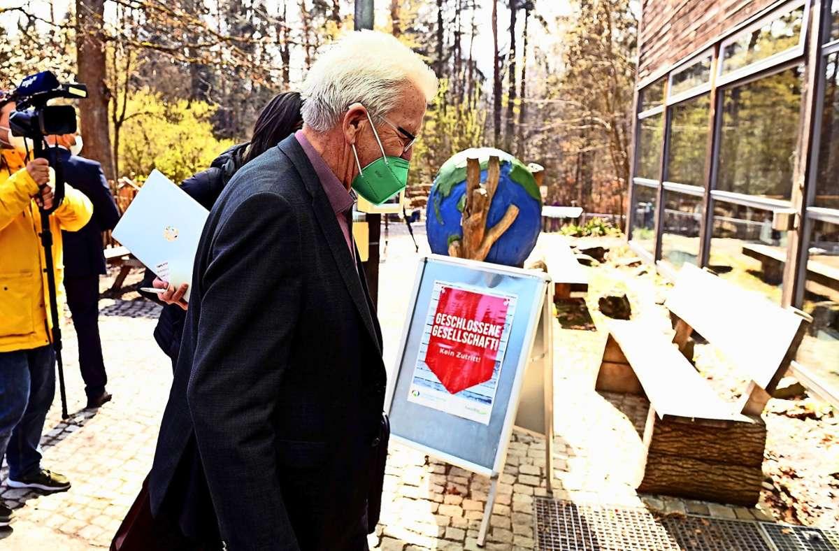 Winfried Kretschmann auf dem Weg in die Ausstellung Foto: dpa/Bernd Weissbrod