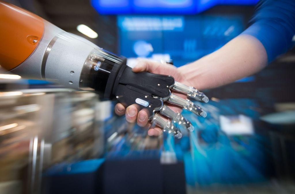 Roboter, die Hand in Hand mit dem Menschen zusammenarbeiten, sind ein Highlight auf der Hannover Messe 2017. Das schwäbische Familienunternehmen Schunk GmbH wurde für seinen kollaborativen Greif-Roboter JL1 sogar ausgezeichnet. Foto: dpa