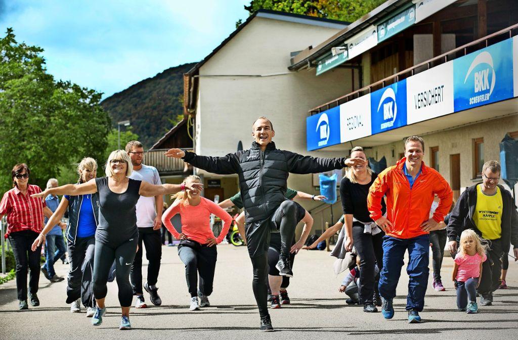 Frank Stäbler (Bildmitte) zeigt, wie man sich richtig bewegt. Foto: Horst Rudel