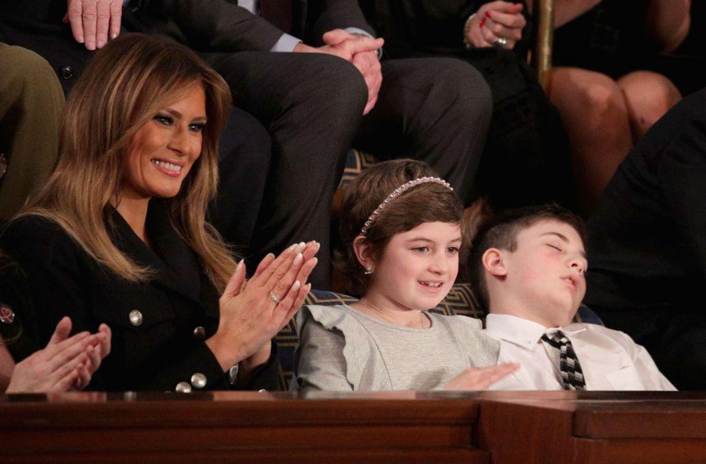 Ehrenplatz neben First Lady Melania Trump – doch auch sie konnte den elfjährigen Joshua Trump nicht wach halten. Foto: GETTY IMAGES NORTH AMERICA