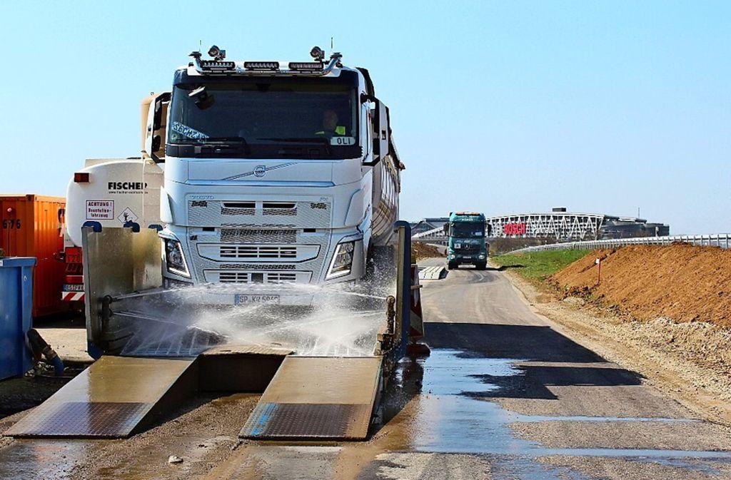 Damit sie keinen Dreck mitschleifen, fahren die Lastwagen durch die Reifenwaschanlage. Foto: Fritsch