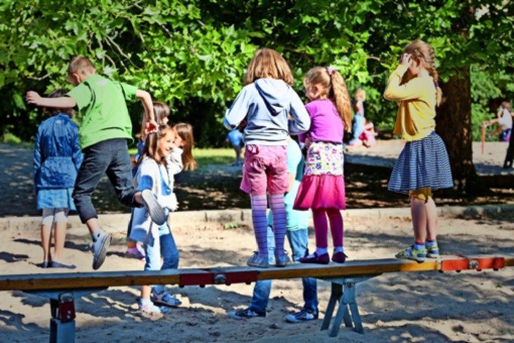 Mehr Spielplätze ohne Kippen, Glasscherben oder Hundekot fordern die Kinder. Foto: dpa