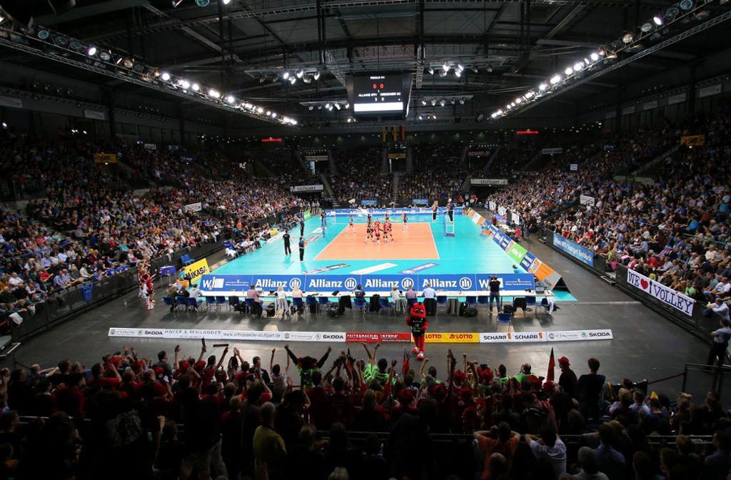 30. April 2016, viertes Finale um die Meisterschaft: 5392 Zuschauer sehen in der Porsche-Arena den 3:2-Sieg der Volleyballerinnen von Allianz MTV Stuttgart gegen den Dresdner SC – nie sind in Deutschland mehr Fans bei einem Frauen-Spiel gewesen. Foto: Baumann
