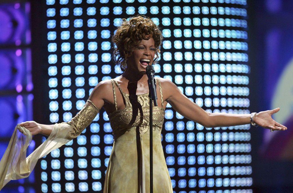 Dies ist noch die lebendige Whitney Houston – bei einem Auftritt im Jahr  2004. Foto: AP/Eric Jamison