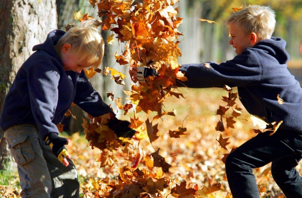 Ein Bild fast schon mit Seltenheitswert: Kinder spielen im Freien, machen sich schmutzig und sind außer Rand und Band – ganz ohne erwachsene Aufpasser. Foto: dpa
