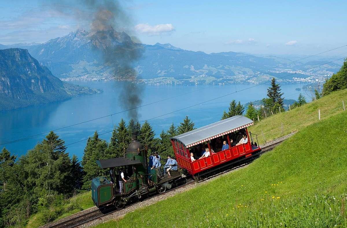 Die Vitznau-Rigi-Bahn (VRB) wurde am 21. Mai 1871 unter dem Namen Rigibahn als erste Bergbahn Europas eröffnet. zu sehen eine Zahnrad-Dampflok System Riggenbach  mit Stehkessel aus den frühen Tagen der Bergbahn. Foto: Wikipedia commons//Kabelleger/David Gubler/CC BY-SA 3.0