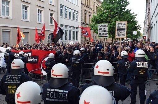 Demonstranten gegen die Pegida-Bewegung protestierten bereits am 28. April 2015 in Karlsruhe Foto: dpa