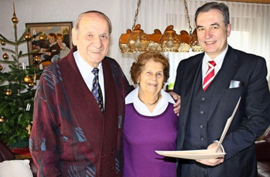 Bezirksvorsteher Gerhard Hanus gratulierte dem Jubelpaar, das seit 75 Jahren verheiratet ist und überbrachte Glückwünsche des Oberbürgermeisters. Foto: Margret Rilling