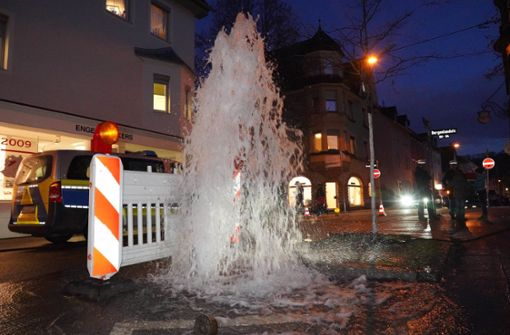 Wasserfontäne überflutet Straße