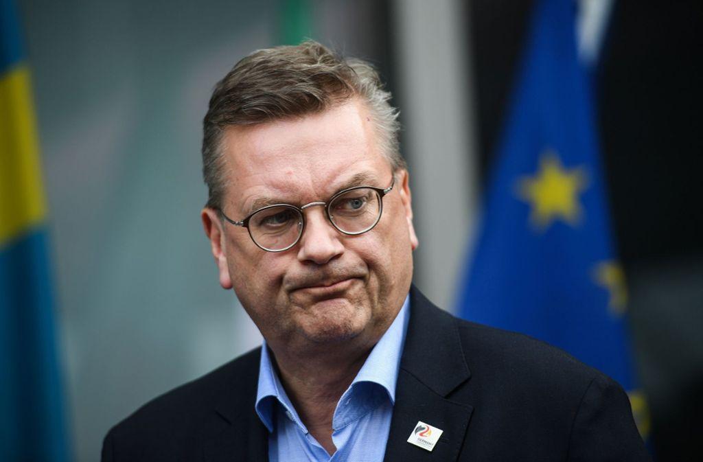 Harte Zeiten für den ehemaligen DFB-Präsidenten Reinhard Grindel Foto: dpa