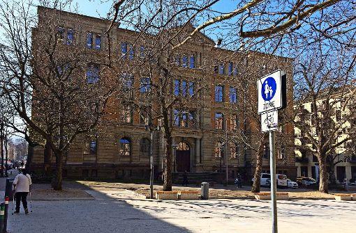 Der Schulhof vor dem Karlsgymnasium soll mit Büschen statt einem Stahlzaun optisch sichtbar gemacht werden. Foto: Sascha Maier