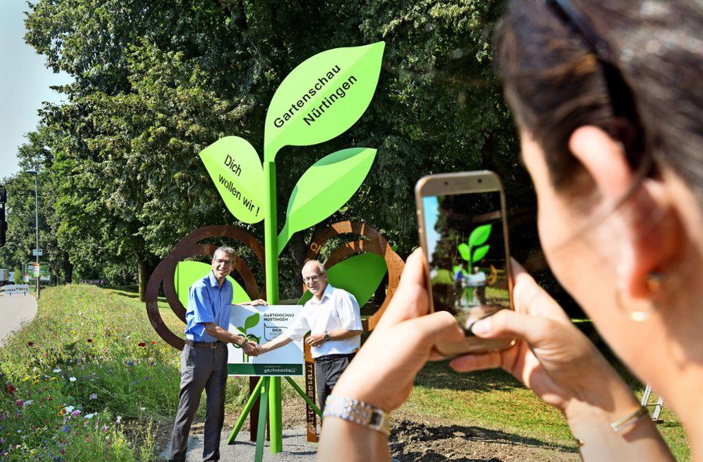 Der Geschäftsführer der Firma Gartenmetall, Claus Thumm (links), und der Nürtinger Technische Beigeordnete, Andreas Neureuther, enthüllen die Skulptur. Foto: Horst Rudel