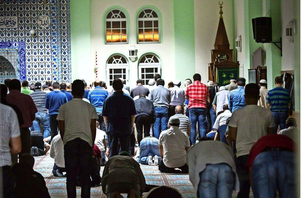 Die Diskussion um das Bauprojekt Moschee auf den Fildern geht  weiter. Auf dem Foto sind Betende in der Moschee in Stuttgart-Feuerbach zu sehen. Foto: Achim Zweygarth