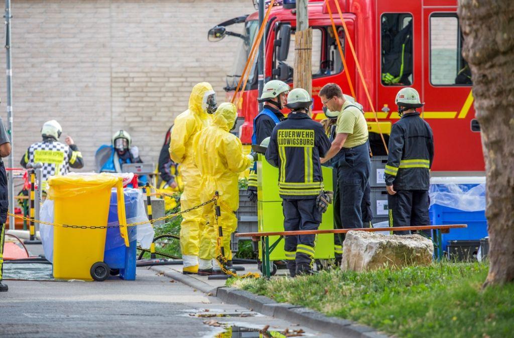 Mit einem Spzialbehälter rückt die Gefahrguteinheit aus Asperg an. Foto: www.7aktuell.de/Simon Adomat