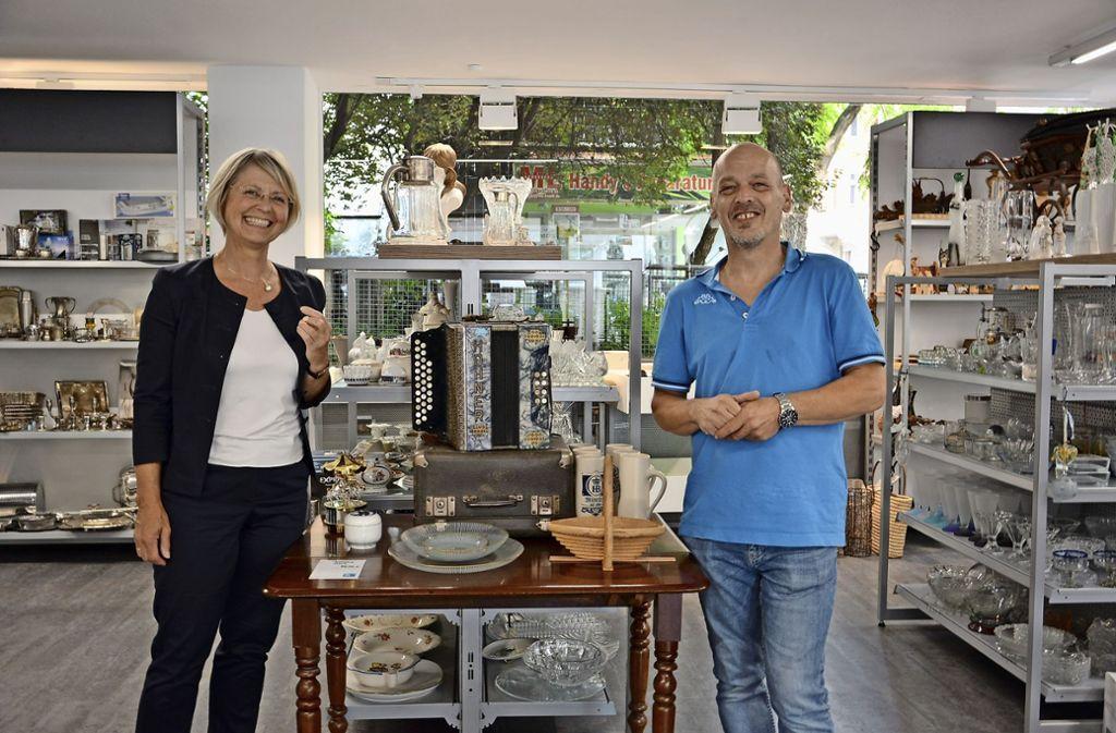 Gabriele Reich-Gutjahr (FDP) informiert sich bei Rolf Kaltenberger über das Kaufhaus in der Kreuznacher Straße. Foto: