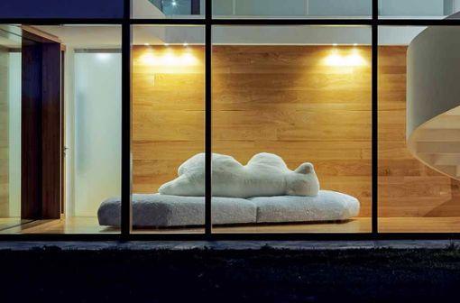 """Ein Statement-Piece par excellence: das Sofa """"Pack"""" von Edra. Die extravagante Form ist von einer Eisscholle inspiriert, auf der sich ein Eisbär ausruht. Der Bezug aus Kunstfell macht das Sofa zur flauschigen Liegewiese."""