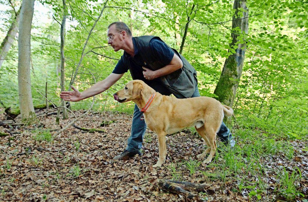 Beim Start zur Suche nach vermissten Personen gibt Hans Leidig klare Anweisungen. Der Hund hört aufmerksam zu. Foto: Waltraud Daniela Engel