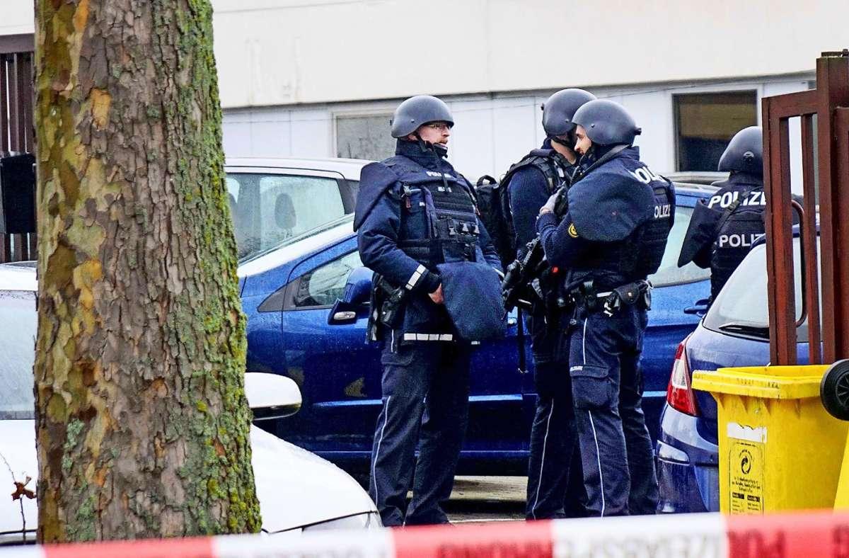 Nach  Schüssen auf einen Werkstattbesitzer sicherten Einsatzkräfte der Polizei den Tatort im Waiblinger Eisental. Foto: dpa/Sven Kohls