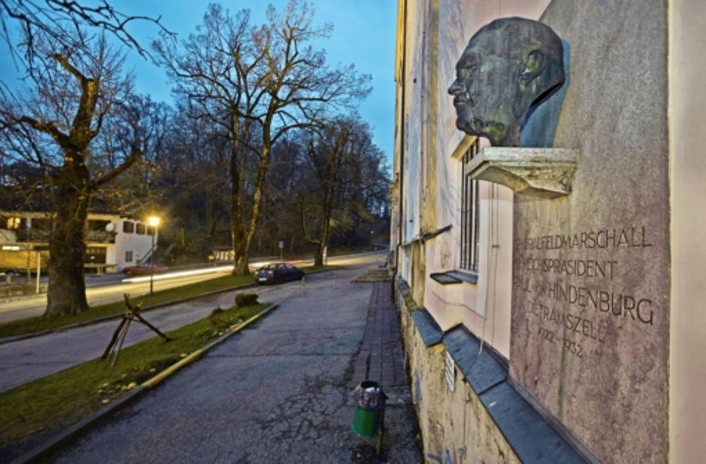Die Inschrift an der Büste wurde nach dem Krieg entschärft. Foto: Neubauer/SZ Photo