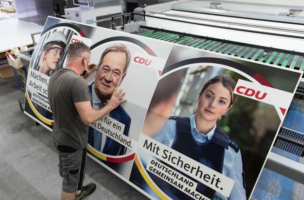 Die falsche Polizistin auf dem Wahlplakat der CDU sorgt für Diskussion. Foto: dpa/Friso Gentsch