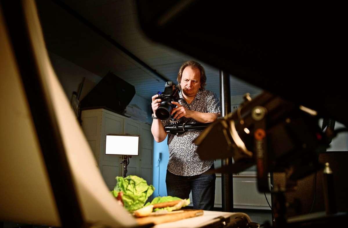 Großer Auftritt für einen Salatkopf: Peter Oppenländer beim Food-Fotoshooting in seinem Waiblinger Studio Foto: Gottfried Stoppel