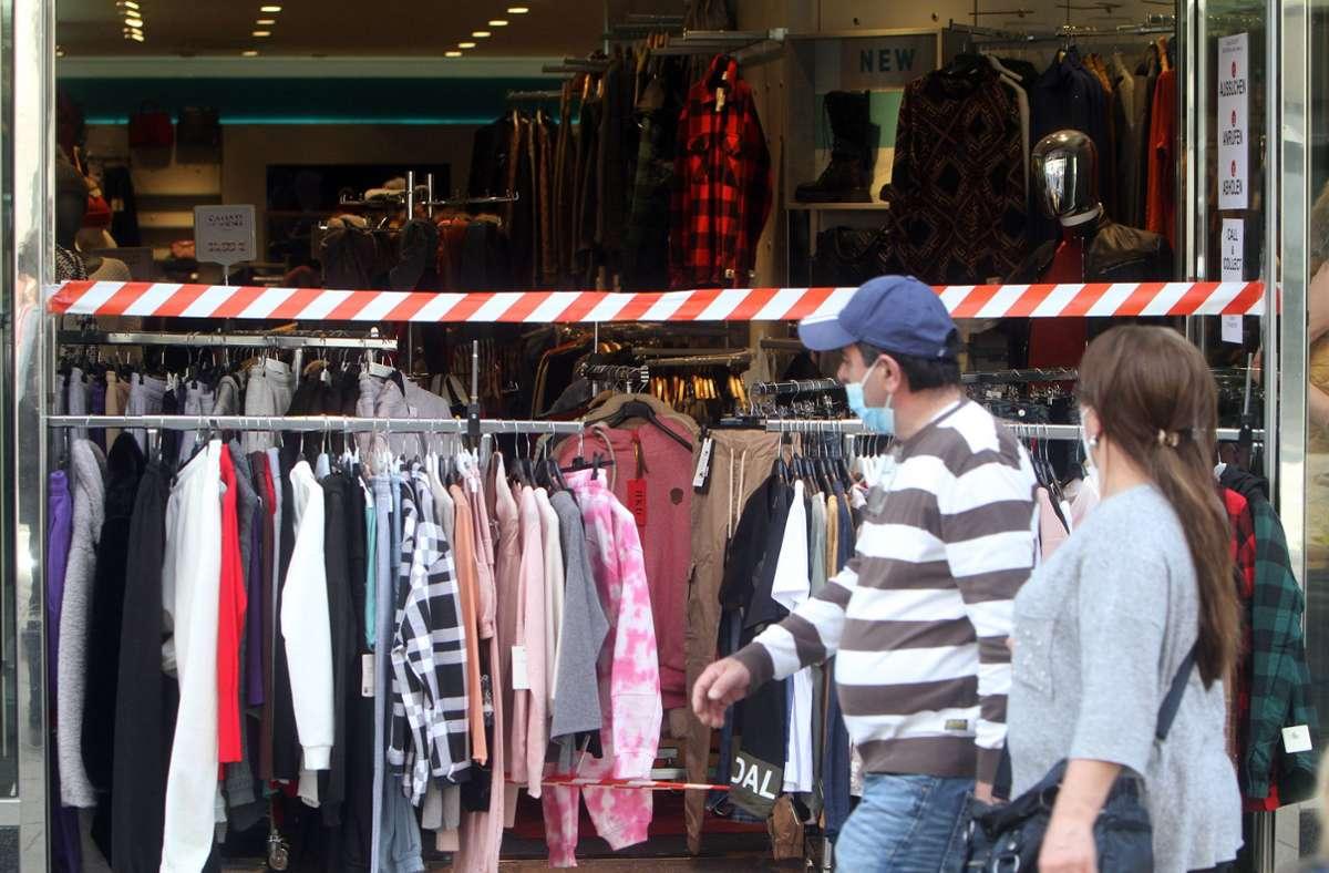 Zeitweise waren die Modegeschäfte wieder offen. Wie dieses in Stuttgart an der Königstraße. (Archivbild) Foto: imago images/Ralph Peters/Ralph Peters via www.imago-images.de