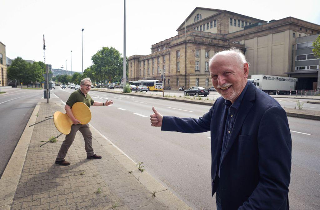 Thomas Koch, Direktor Kommunikation der Oper Stuttgart (li.), und Fernsehmoderator Wieland Backes bestuhlen todesmutig die  B14 Foto: Lichtgut/Kovalenko