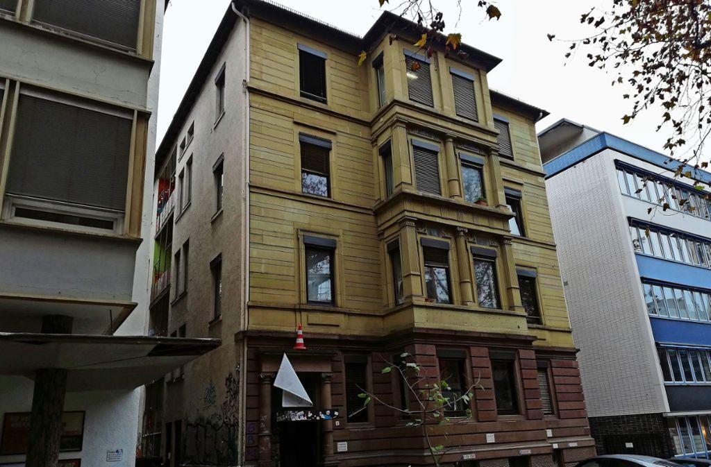 Ganz allein inmitten von Neubauten erinnert die Fassade eines  Gebäudes an der Ossietzkystraße 6 an frühere Zeiten in Stuttgart. Ein Anwohner fürchtet, dass das Haus ebenfalls abgerissen wird. Foto: Cedric Rehman