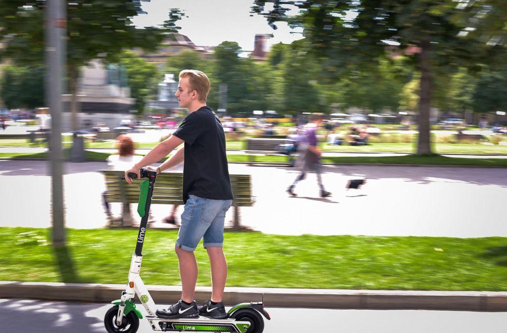 Bald ganz normal im Stadtbild? Ein Mann auf einem Lime-E-Tretroller. Foto: Lichtgut