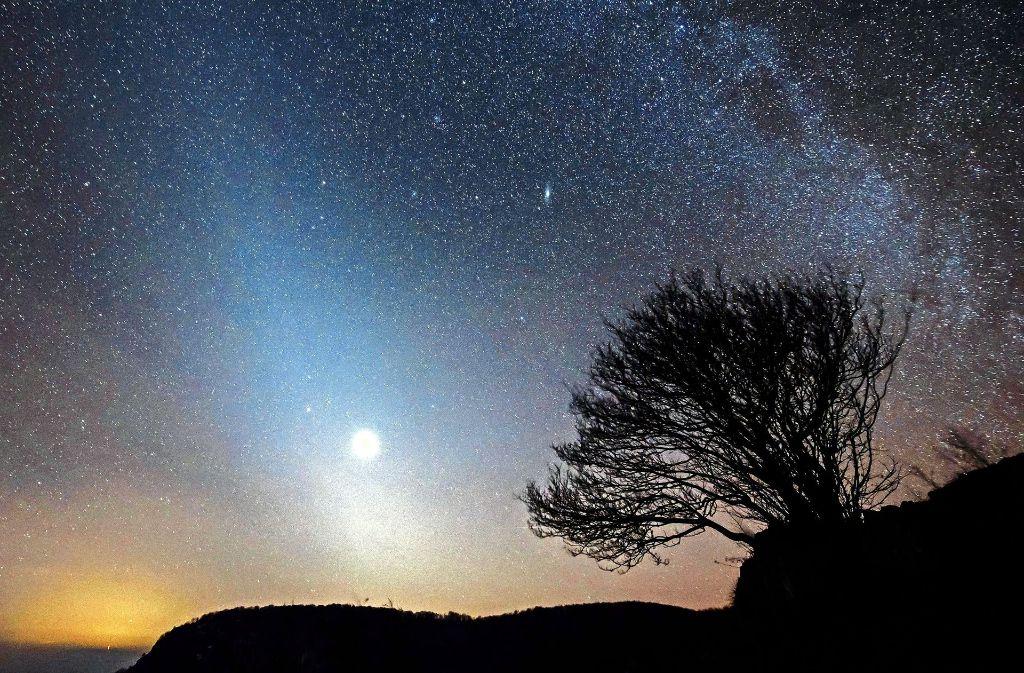 Das Zodiakallicht, die Venus und die Milchstraße erstrahlen in Felsotarkany (Ungarn) den Himmel. Foto: MTI/AP