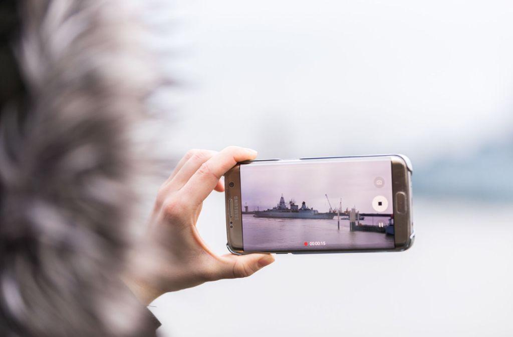Bei niedrigen Temperaturen entlädt sich der Akku eines Smartphones besonders schnell (Symbolbild). Foto: dpa