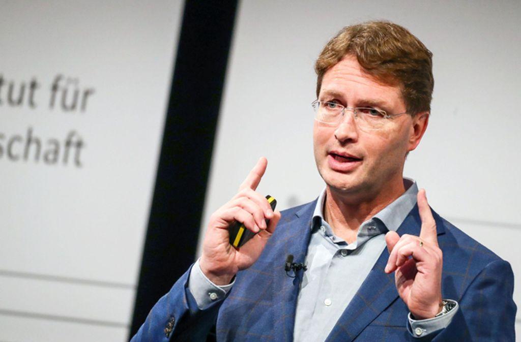 """Daimler-Chef Ola Källenius beim """"Branchengipfel"""" des Instituts für Automobilwirtschaft in Nürtingen Foto: dpa/Christoph Schmidt"""