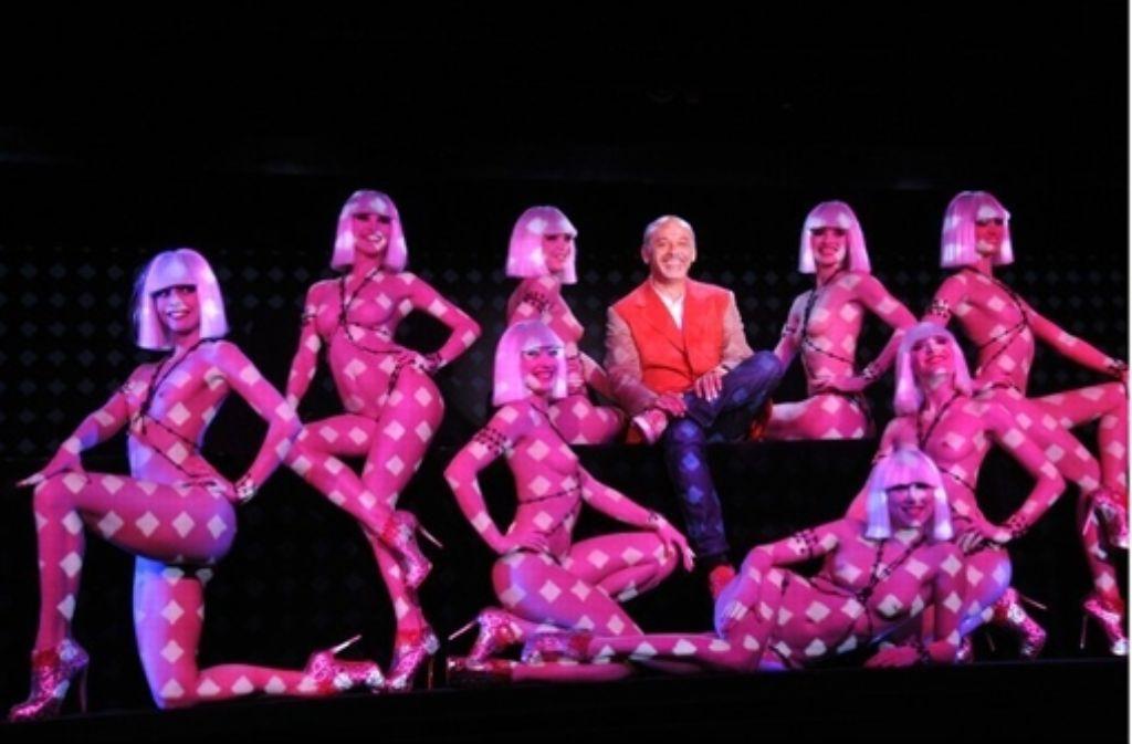 Für diese Tänzerinnen des Crazy Horse designt der Herr in der Mitte die Schuhe. Und jetzt hat er auch noch einen weniger gut passenden Film über sie gedreht. Foto: Polyband