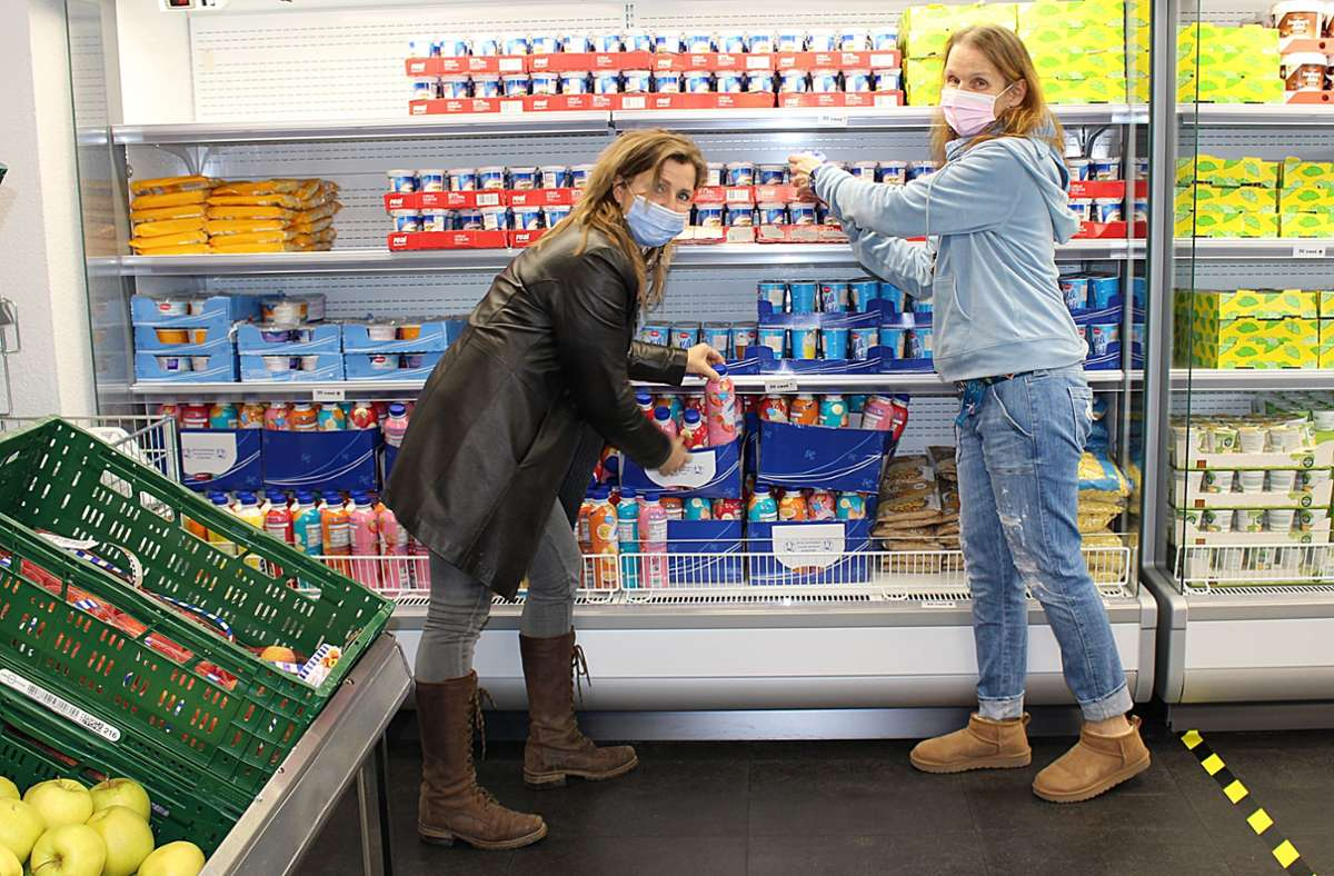Hilli Pressel, stellvertretende Projektleiterin Schwäbischen Tafel Stuttgart, und Projektleiterin Ingrid Poppe (r.) vor dem  Kühlregal, das der  Bezirksbeirat gestiftet hat. Foto: Caroline Holowiecki