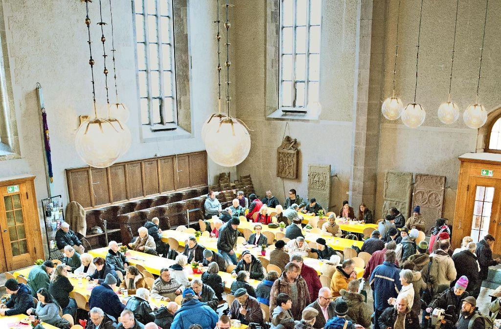 Die Stuttgarter Vesperkirche ist vor allem auch ein sozialer Treffpunkt für Arme und Bedürftige aus der ganzen Stadt. Foto: Lichtgut/ Oliver Willikonsky