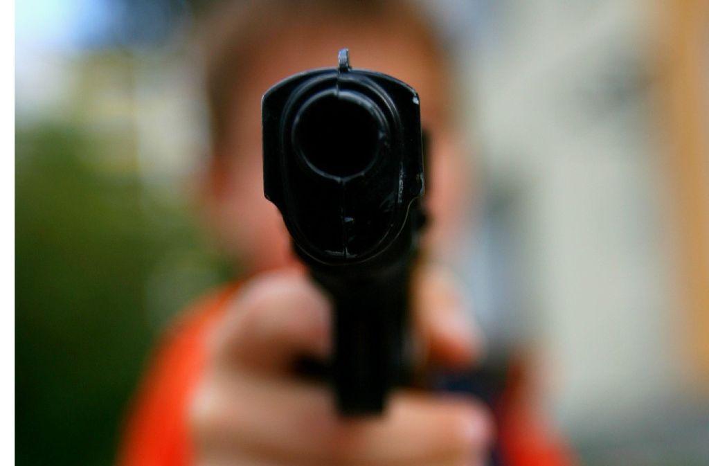 Ein 18-Jähriger hat einen anderen Mann mit einer Waffe bedroht (Symbolbild). Foto: dpa