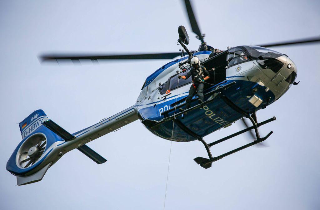 Die Hubschrauberstaffel beobachtet das Demogeschehen aus der Luft. Foto: 7aktuell/Christina Zambito