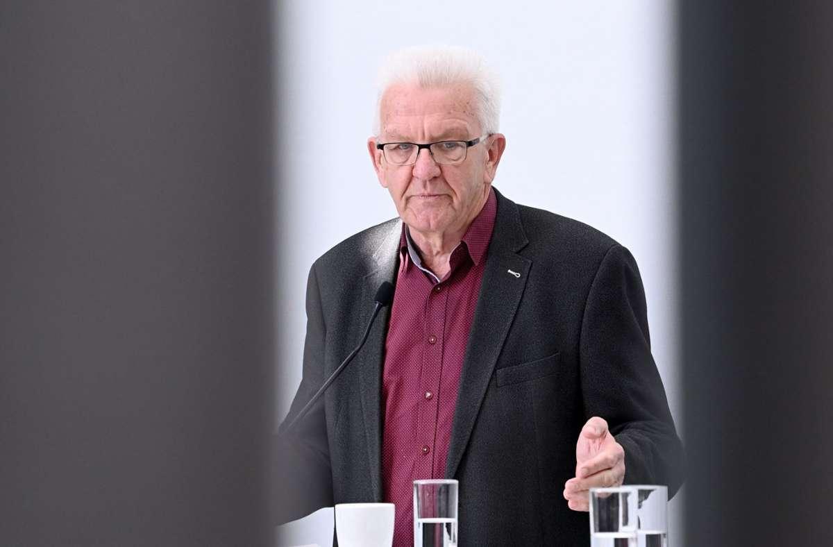 Ministerpräsident Kretschmann sagt seiner alten Regierung adieu. Foto: dpa/Bernd Weissbrod