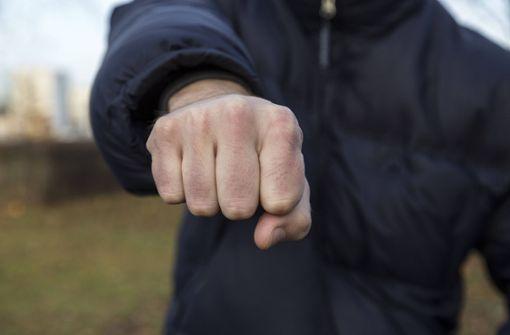 Männer schlagen 14-Jährigen und stoßen ihn Abhang hinab