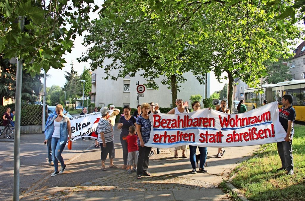 Am Montag dieser Woche zogen rund 30 Bewohner der Keltersiedlung von der Hohenloher Straße in Richtung Zehnthof (Bild oben), um gegen den geplanten Abriss der Keltersiedlung  in Zuffenhausen zu protestieren. Foto: Georg Friedel, SWSG